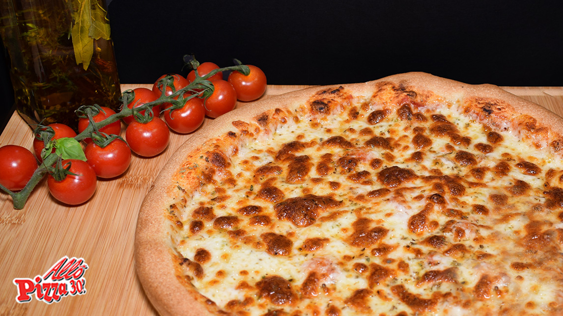 Délicieuse pizza basic avec sa sauce tomate, sa mozzarella et de l'origan
